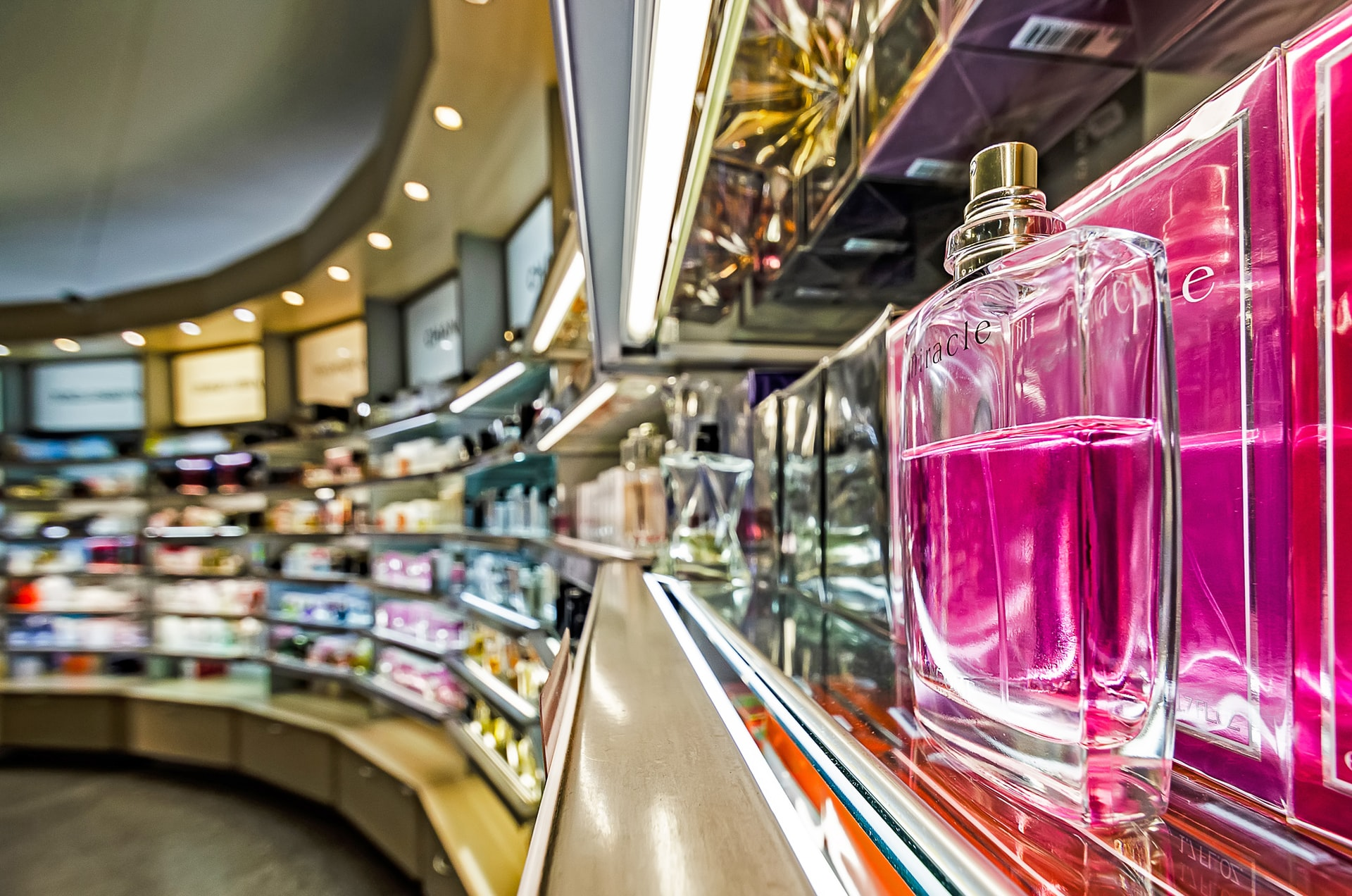 Някога питали ли сте се как се произвеждат парфюми? Ето тук научавате отговора